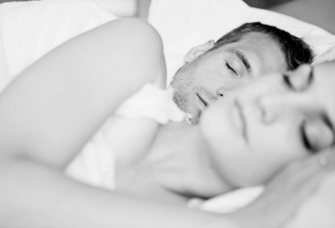 Naast je partner slapen blijkt bevorderlijk voor de nachtrust