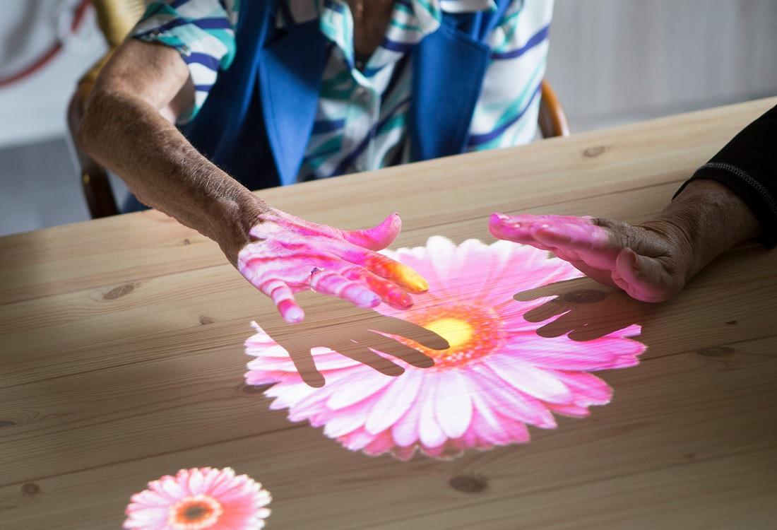 'Tovertafel' brengt sociale verbinding bij ouderen met dementie